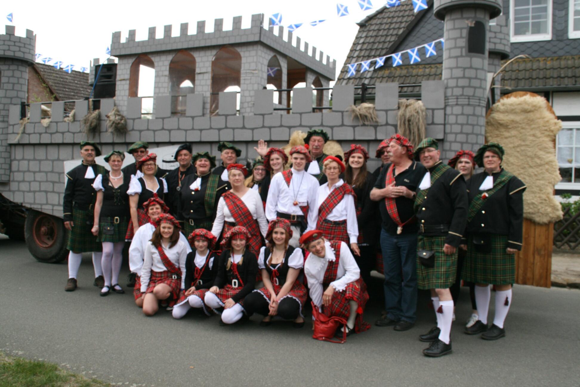 Unsere Gruppe mit Burg